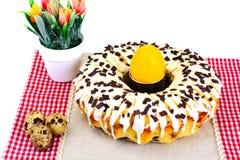 与白色结冰、鸡蛋和巧克力的复活节蛋糕 库存图片