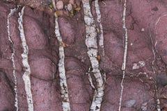 与白色水晶的红色水成岩表面上 库存图片