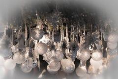 与白色玻璃球装饰的圣诞节明信片 图库摄影