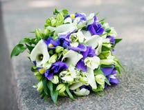 与白色水芋属和紫罗兰色花的婚礼花束 库存照片