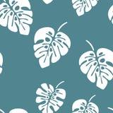 与白色monstera棕榈叶的夏天无缝的样式在蓝色背景 皇族释放例证