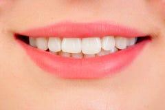 与白色teeths的美好的微笑 免版税库存照片