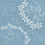 与白花和浅兰的漩涡的抽象蓝色背景 库存图片