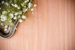 与白花的背景,古色古香的盘 库存照片