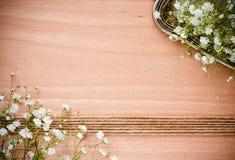 与白花的背景,古色古香的盘 免版税图库摄影
