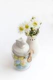 与白花菊花和美丽的花瓶的静物画 库存图片