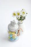 与白花菊花和美丽的花瓶的静物画 图库摄影