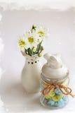 与白花菊花和美丽的花瓶的静物画 库存照片