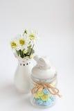 与白花菊花和美丽的花瓶的静物画 免版税库存图片