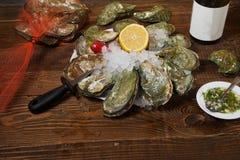 与白葡萄酒瓶的新鲜的牡蛎 免版税库存图片