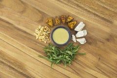 与白薯和腰果成份的切细的散叶甘兰沙拉 免版税库存照片