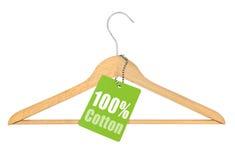 与百分之一百棉花标记的挂衣架 库存图片