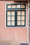 与百叶窗的美丽的凉快的窗口在一个大厦 免版税库存图片