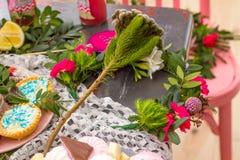 与百合和绿色装饰的桃红色蛋糕 库存图片