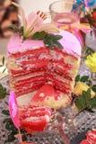 与百合的桃红色蛋糕 库存图片