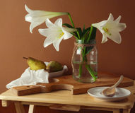 与百合花花束和梨的静物画 库存照片