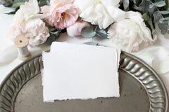 与百花香的女性婚礼或生日桌构成 白色和桃红色牡丹开花,玉树,老 免版税库存照片