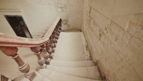 与的一个楼梯在一个被放弃的建筑大厦的黑暗的木栏杆 过去射击的遗产 影视素材