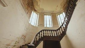 与的一个楼梯在一个被放弃的建筑大厦的黑暗的木栏杆 过去的遗产 影视素材