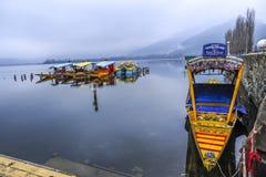 与的一个美好的风景小船在湖附近叫`夏奇拉`在克什米尔印度 免版税库存图片