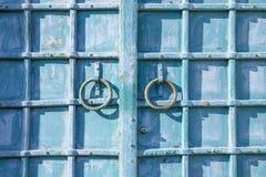 与的古老伪造的门圆环 库存图片