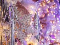 与的圣诞节装饰使用星形状bokeh 这样g 免版税库存照片