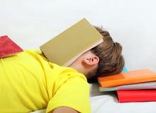 与的少年睡眠书 库存照片