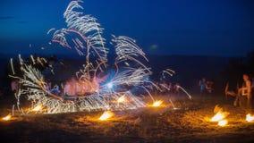 与的惊人的火展示烟花 与很多火花的不连续的线 并且着迷的admirative观众 库存照片