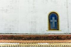 与的教会窗口corss 免版税库存图片