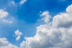 与的蓝天背景微小的云彩 图库摄影