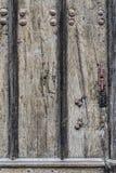 与的被风化的木门背景金属生锈的铆钉 免版税库存图片
