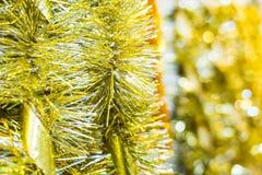 与的金黄圣诞节闪亮金属片丝带 免版税图库摄影