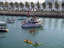 与皮船、获得小船和的人的麦科维湾积土乐趣,一 免版税库存图片