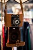 与皮革案件的减速火箭的照相机 免版税库存照片