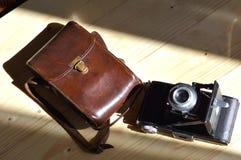 与皮革案件的老照相机 免版税库存图片