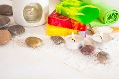 与盐、石头和三块肥皂的温泉静物画有ar的 免版税库存图片