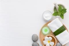 与盐、薄菏、化妆水、毛巾、蜡烛、石头和fl的温泉概念 库存图片