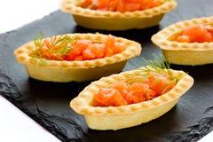 与盐味的三文鱼的果子馅饼在黑板岩板材 免版税库存图片