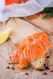 与盐味的三文鱼的面包 免版税库存照片