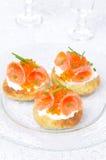 与盐味的三文鱼,红色鱼子酱的土豆小圆面包 免版税库存照片