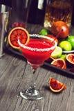 与盐味的外缘的血橙玛格丽塔在酒吧 库存图片