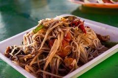 与盐味的螃蟹和被发酵的鱼的番木瓜沙拉 免版税库存图片