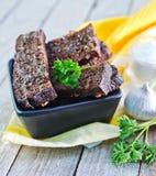 与盐和大蒜的油煎方型小面包片 库存图片