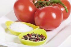 与盐和干胡椒的蕃茄 免版税库存图片