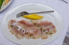 与盐和柠檬的切的鲱鱼 库存图片