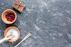 与盐和肥皂的温泉集合在黑暗的背景顶视图嘲笑 免版税图库摄影