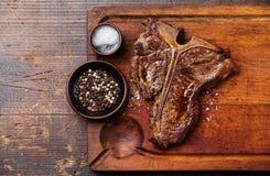 与盐和胡椒的烤丁骨牛排 库存图片