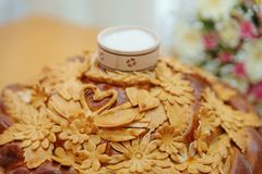 与盐的传统婚姻的面包 库存照片