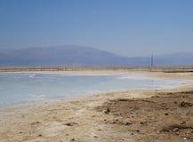 与盐水晶的死海海岸 免版税库存图片