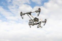 与监视器飞行的寄生虫在天空云彩外面 免版税库存图片